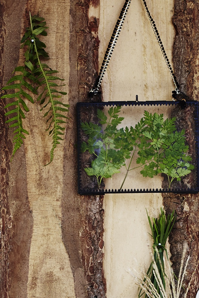 Create boho vibes in any space with our Mardi Gras hanging photo frame. Like its sister mirror in our collection, this eclectic piece lives up to its name with its sassy carnival-like appearance. It has a delicate black decorative metal frame and gorgeous hanging ribbon with a flourish of gold to set the party atmosphere. Place a little drawing or photo inside and hang it somewhere to make you smile.