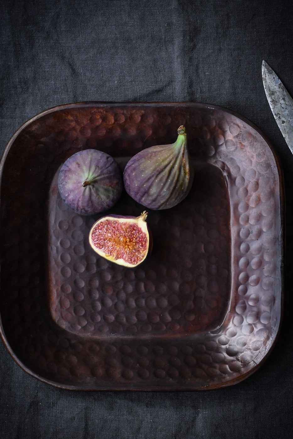 A handy square shaped tray, its the perfect size to hold small items by the bedside or an arrangement of collected objects on the coffee table. In fact, its so versatile it could be whipped out for parties to serve hors d'oeuvre or to keep condiments together in the kitchen. Its beautiful hammered finish means it'll look good however you choose to use it!