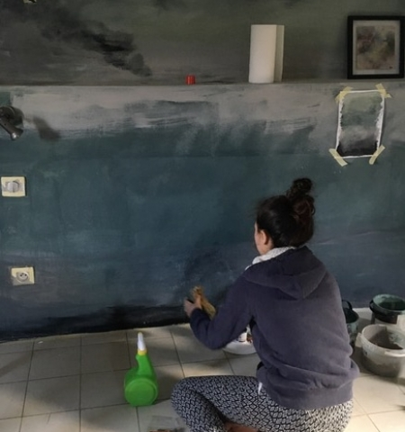 creating a paint effect on the wall of a bedroom