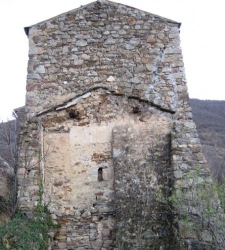 a stone house ruin in southern France