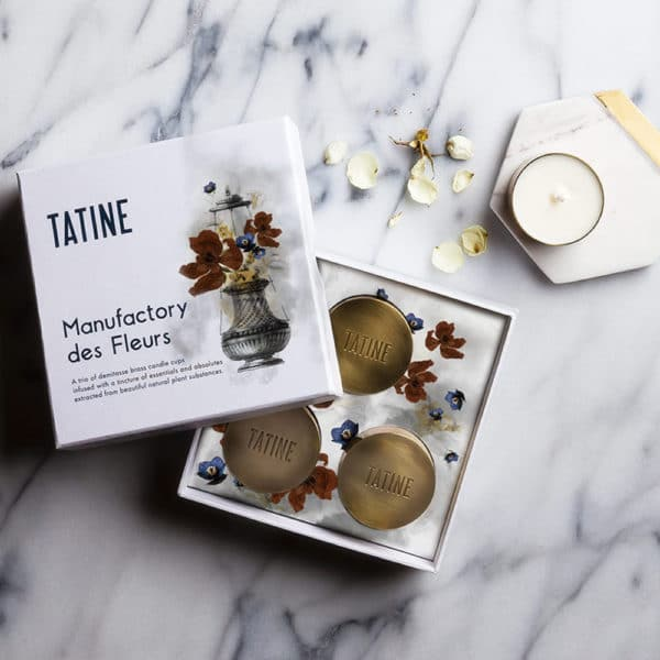 Tatine Manufactury des fleurs candle lifestyle image on marble background.