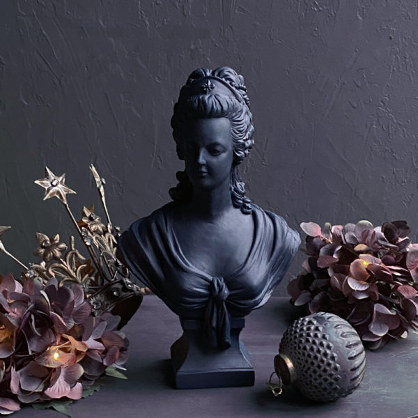 French Queen Bust - Blue lifestyle image with Christmas decorations